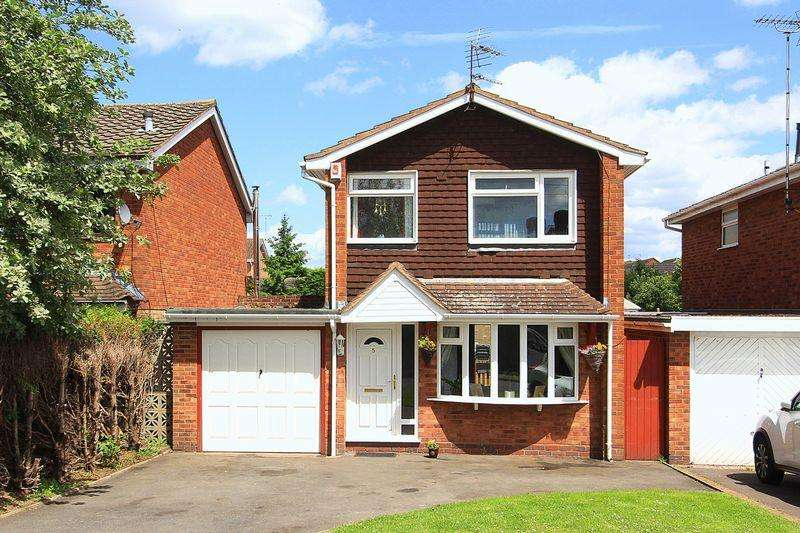 3 Bedrooms Detached House for sale in WOMBOURNE, Waterdale