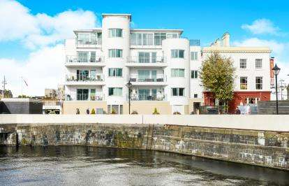 2 Bedrooms Flat for sale in Harbour Point, Stuart Street, Mermaid Quay, Cardiff Bay