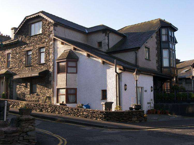 2 Bedrooms Flat for sale in 3 Jester Court, Birch Street, Windermere,Cumbria, LA23 1DS