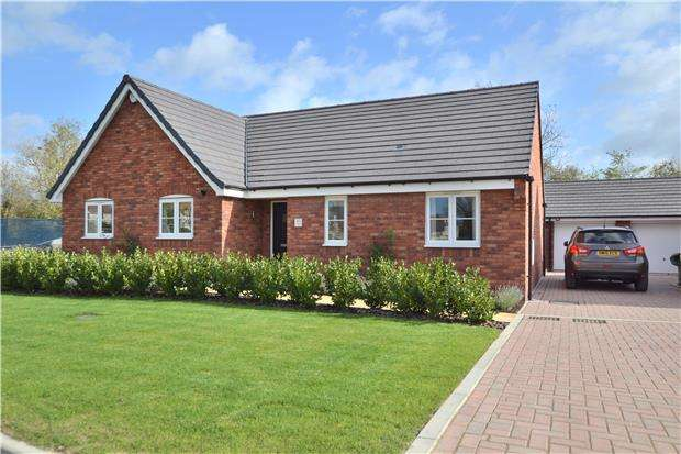 3 Bedrooms Detached Bungalow for sale in 42 Feddon Close, Stoke Orchard, Cheltenham, Gloucestershire, GL52 7SD