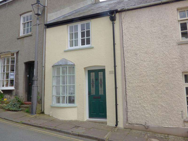 2 Bedrooms Terraced House for rent in Bridge Street, Crickhowell, Powys.