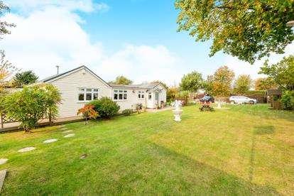 2 Bedrooms Bungalow for sale in Navestock, Romford, Havering