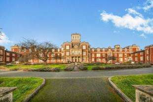 2 Bedrooms Flat for sale in Victoria Court, Royal Earlswood Park, Redhill, Surrey