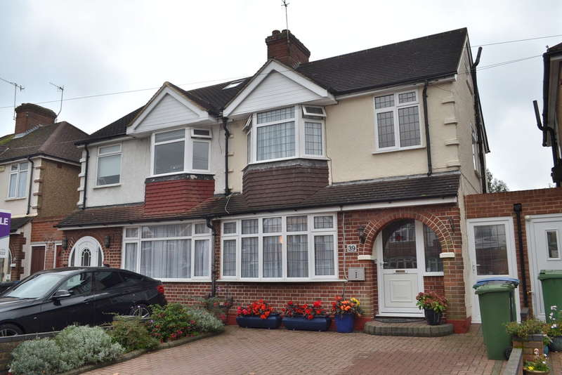3 Bedrooms Semi Detached House for sale in Meadow Road, Garston Watford