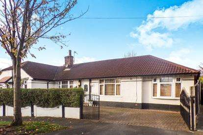 3 Bedrooms Bungalow for sale in Snowden Avenue, Urmston, Manchester, Greater Manchester
