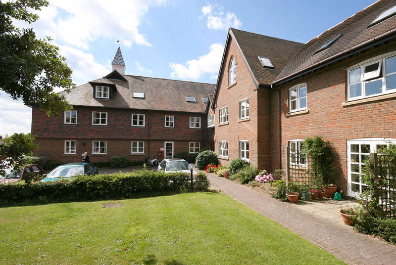 2 Bedrooms Flat for sale in Monmouth Court, Church Lane, Lymington, Hampshire