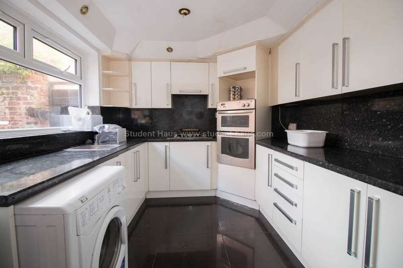 5 Bedrooms House for rent in Alresford Road, Salford, M6 7RF