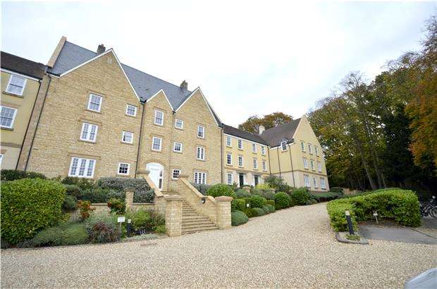 2 Bedrooms Flat for sale in The Grove, Browns Lane, Stonehouse, Gloucestershire, GL10 2JN