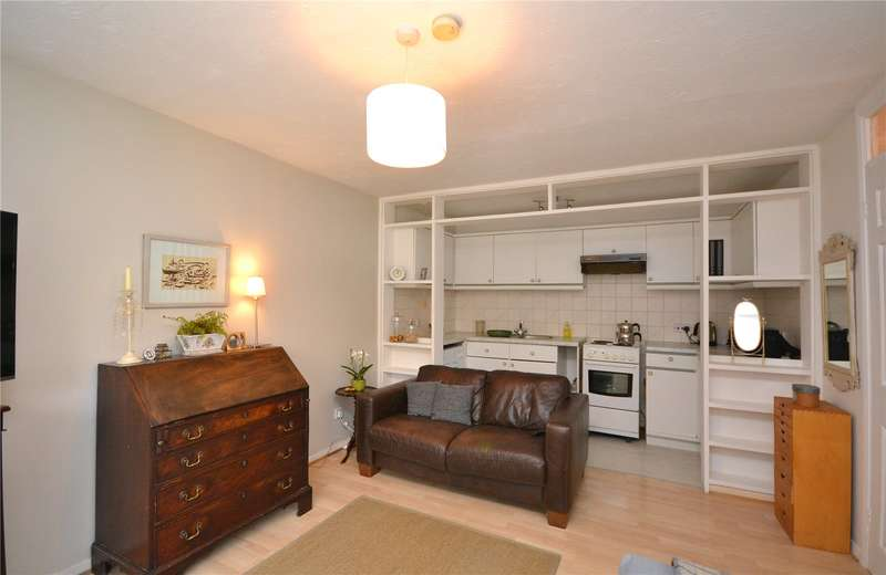 Apartment Flat for sale in Laburnum Close, Friern Barnet, London, N11