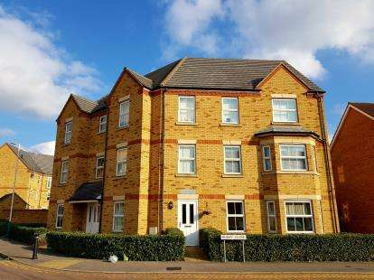 2 Bedrooms Flat for sale in 5 Hyde Close, Rise Park, Romford