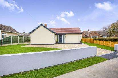 2 Bedrooms Bungalow for sale in Desborough Road, Hartford, Huntingdon, Cambridgeshire