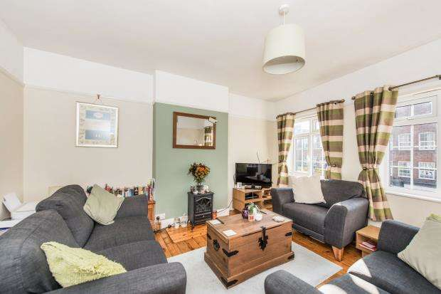 3 Bedrooms Flat for sale in Worcester Park