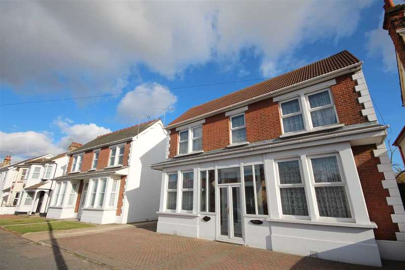 3 Bedrooms Apartment Flat for sale in Wellesley Road, Clacton-On-Sea
