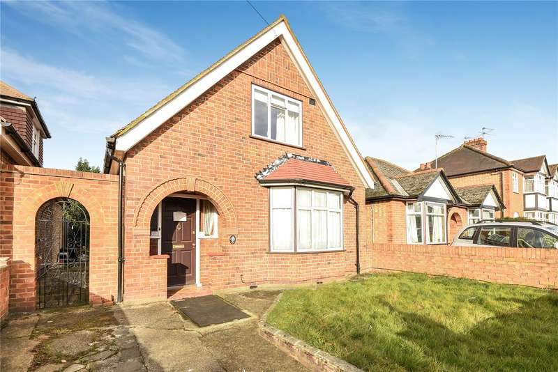 3 Bedrooms Detached Bungalow for sale in Clammas Way, Uxbridge, Middlesex, UB8