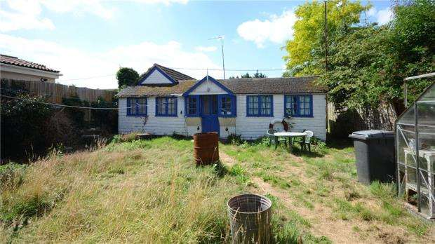 2 Bedrooms Bungalow for sale in Brading Way, Purley on Thames, Reading