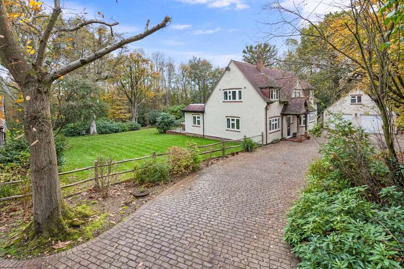 5 Bedrooms Detached House for sale in Hophurst Hill, Crawley Down