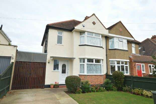 3 Bedrooms Semi Detached House for sale in Vallis Way, Chessington