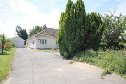 3 Bedrooms Bungalow for sale in Point Clear, St Osyth, Essex
