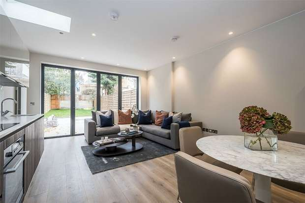 2 Bedrooms Flat for sale in Leythe Road, LONDON