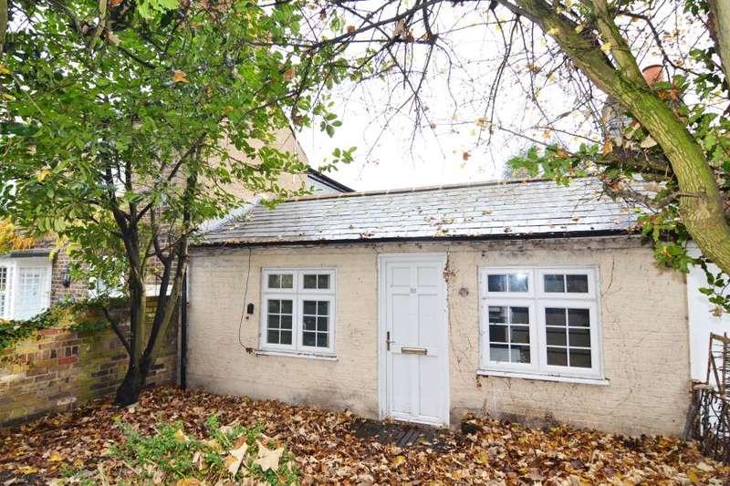 2 Bedrooms Bungalow for sale in Uxbridge Road, Hampton Hill, TW12
