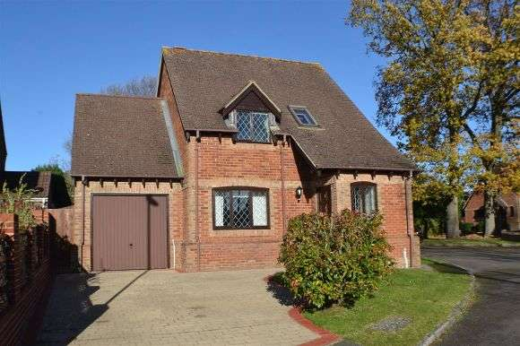 3 Bedrooms Detached House for sale in Saunders Garden, Tadley