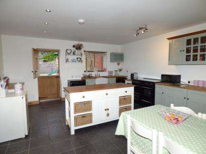 2 Bedrooms End Of Terrace House for sale in London Road, Holyhead, Anglesey, LL65
