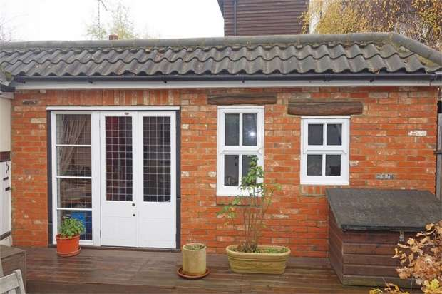 2 Bedrooms Cottage House for sale in Station Road, Hampton, Greater London