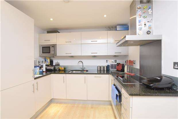 2 Bedrooms Flat for sale in Rubicon Court, 21-23 North Street, ROMFORD, RM1 1BJ