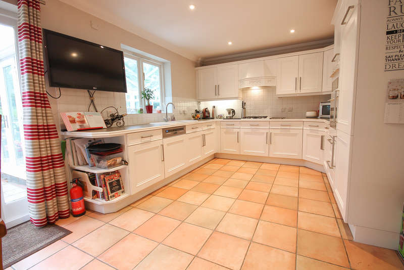 4 Bedrooms Detached House for sale in The Larches, East Grinstead