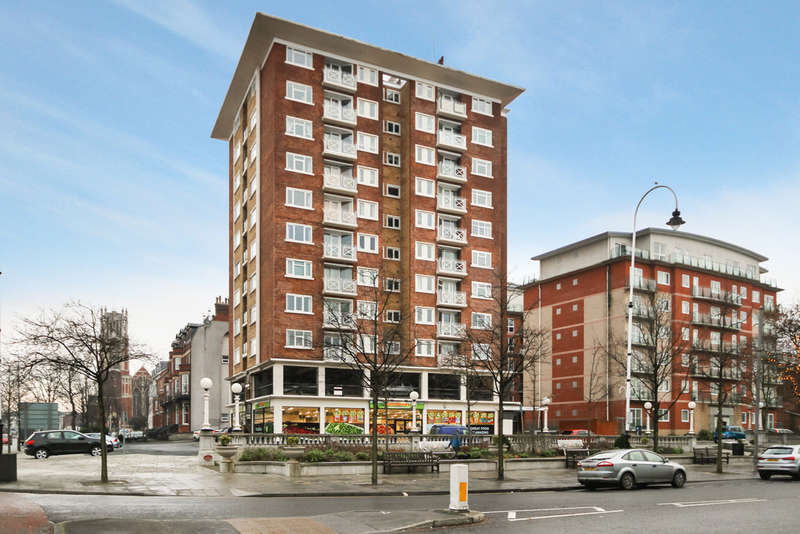 2 Bedrooms Flat for sale in Regent Court, Lord Street, Southport