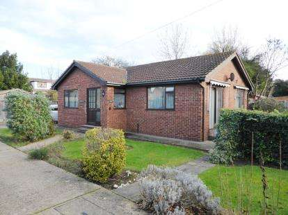 2 Bedrooms Bungalow for sale in Benfleet, Essex, .