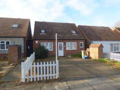 3 Bedrooms Bungalow for sale in Butlers Grove, Great Linford, Milton Keynes, Bucks