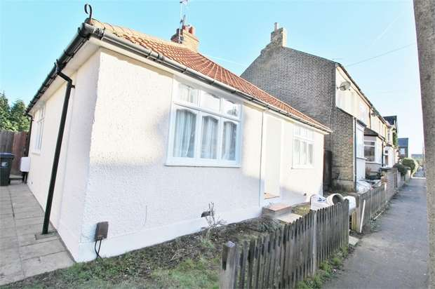 2 Bedrooms Detached Bungalow for rent in Ruskin Avenue, WALTHAM ABBEY, Essex