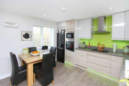 3 Bedrooms Flat for sale in Henshall House, Tapton Lock Hill, Chesterfield, Derbyshire
