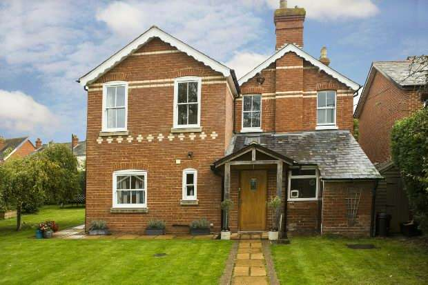 4 Bedrooms Detached House for sale in Basingstoke Road, Spencers Wood, Reading