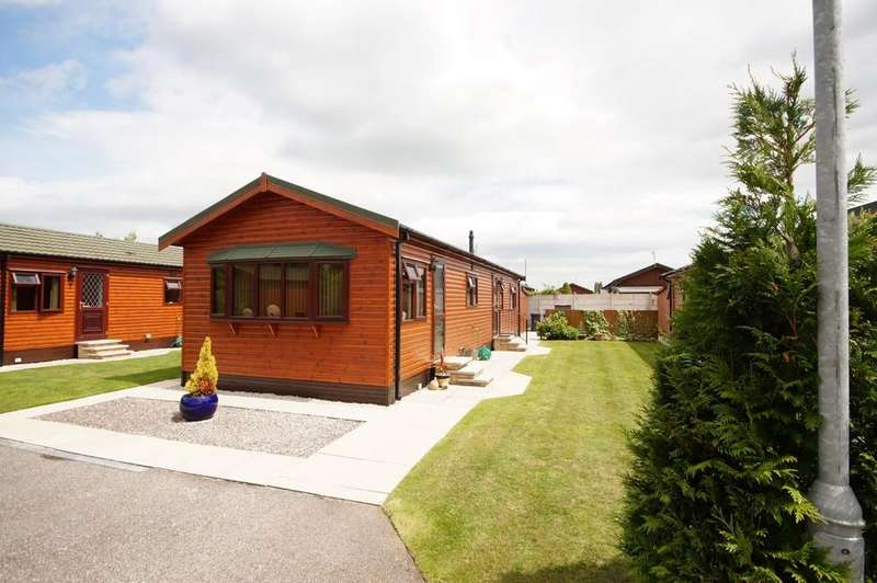 2 Bedrooms Park Home Mobile Home for sale in Woodland Court, The Elms, Torksey