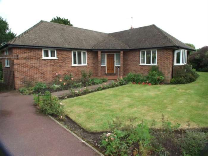 3 Bedrooms Detached House for rent in Quennell Close, Ashtead, KT21 2AW