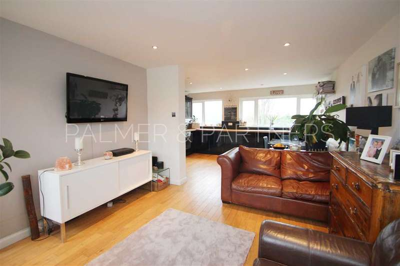 3 Bedrooms Town House for sale in Woodside Close, Parsons Heath, Colchester