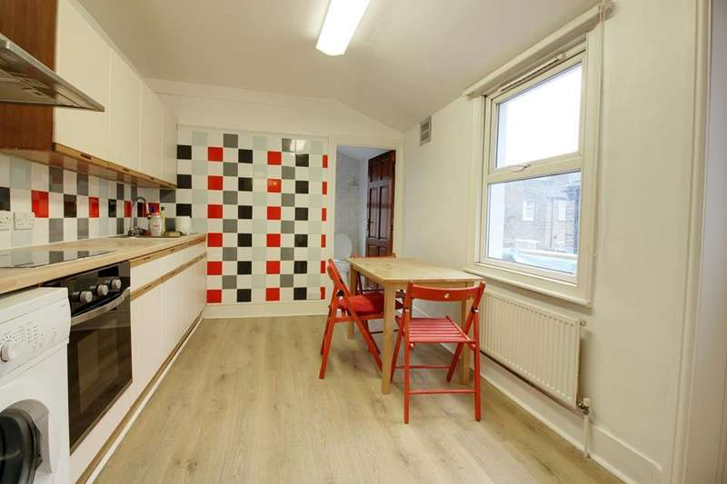 3 Bedrooms Flat for sale in  Marsh Hill, London, E9