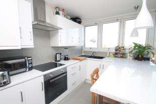 4 Bedrooms Flat for sale in Landseer House, Francis Chichester Way, Battersea, London