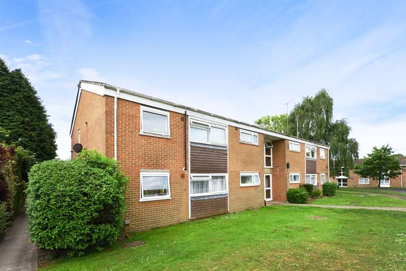 2 Bedrooms Flat for sale in Gardeners Close, Horsham, West Sussex, RH12