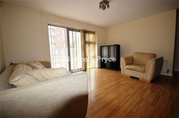 2 Bedrooms Flat for rent in Lyndon House, Queen Marys Gate, South Woodford, LONDON