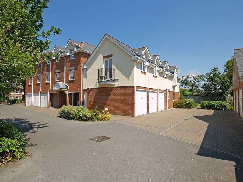 3 Bedrooms Flat for sale in Lymington Road, Highcliffe, Christchurch