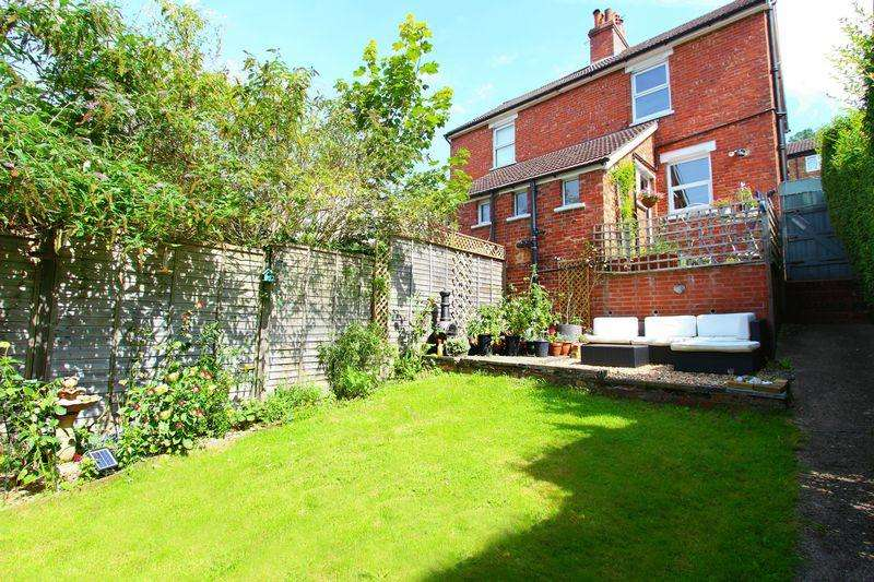 2 Bedrooms Semi Detached House for sale in Farningham Road, Caterham