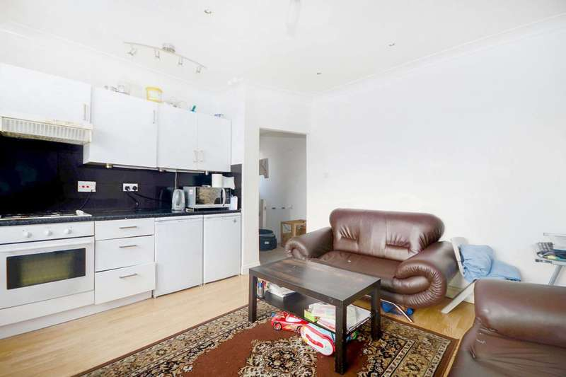 2 Bedrooms Flat for sale in Heath Road, Hounslow, TW3