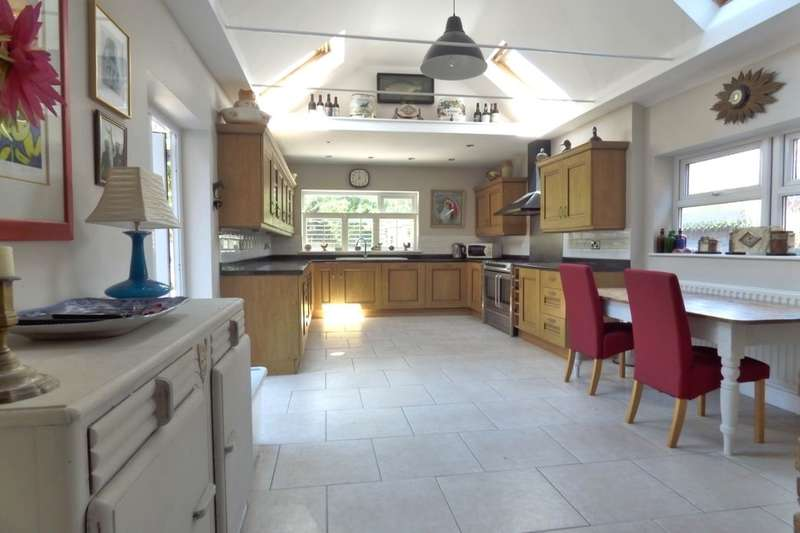 2 Bedrooms Flat for sale in Kingsnorth Gardens, Folkestone, CT20