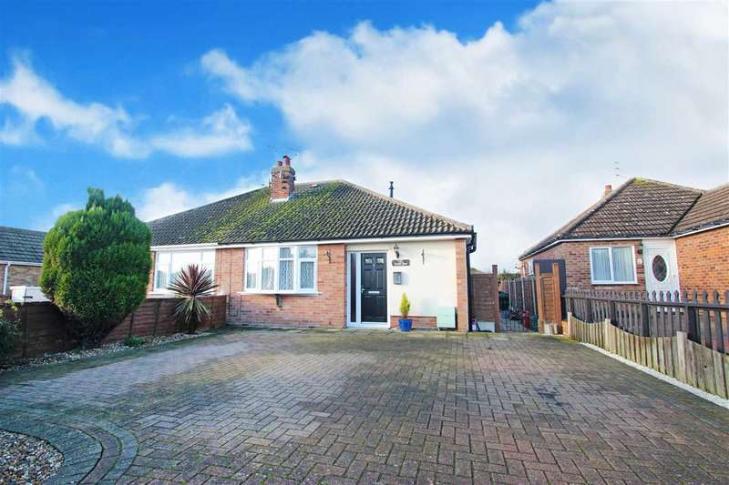 2 Bedrooms Bungalow for sale in Tudor Green, Clacton-on-Sea