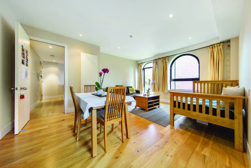 2 Bedrooms Flat for sale in Inner Park Road, SW19