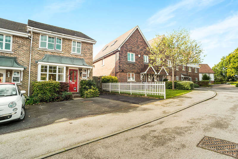 3 Bedrooms Semi Detached House for rent in Pellings Farm Close, Crowborough, TN6