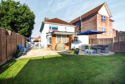 3 Bedrooms Detached House for sale in Freshwater, Isle Of Wight